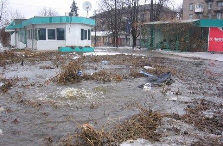 Потоп в центре Днепродзержинска: из-под земли вырвался фонтан
