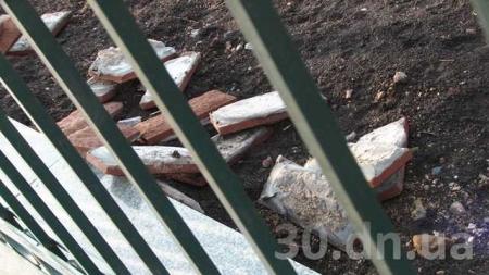 В Енакиево осыпается школа, которую открывал Президент Янукович