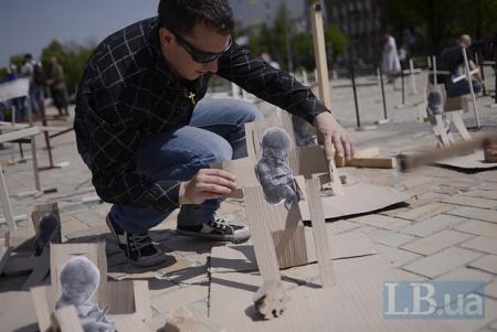 На Софийской площади установили кресты в знак протеста против абортов