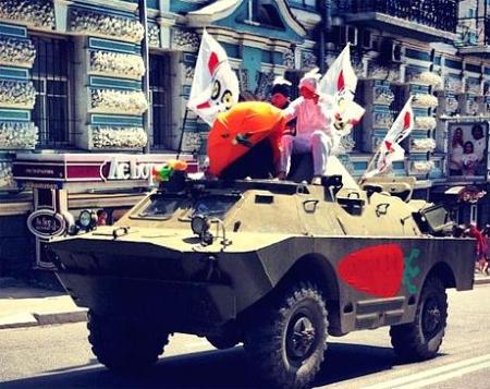 Колонне оппозиционеров пробовали помешать ряженные провокаторы на БТРе и под прикрытием Беркута.