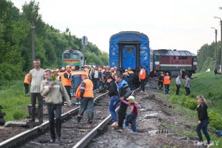 Пассажирский поезд Днепропетровск - Санкт-Петербург столкнулся с бетономешалкой. Два человека погибли.