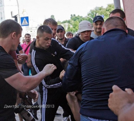 Обнародовано фото: озверевший боевик Вадик «Румын» избивает журналистов