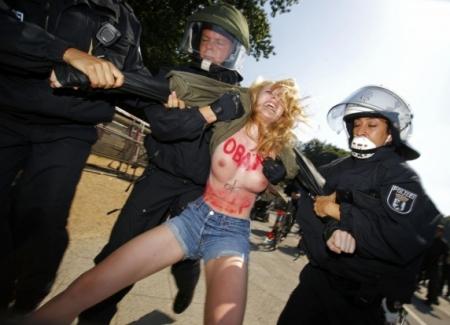 FEMENистки охотятся на президентов (видео)