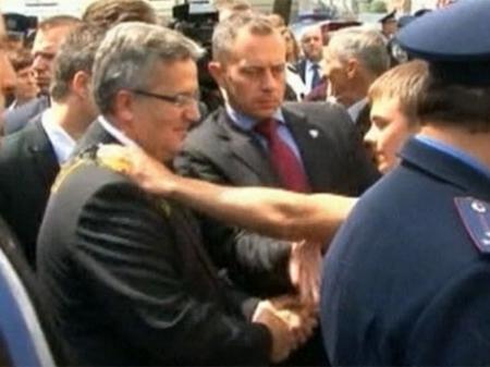В Украине извинились перед Коморовским за яйцо на пиджаке (ДОКУМЕНТ)
