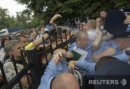 Участники штурма Святошинского РОВД утверждают, что их спровоцировали милиционеры в штатском