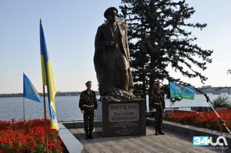В Днепропетровске ко дню ВДВ возложили цветы к памятнику Маргелову
