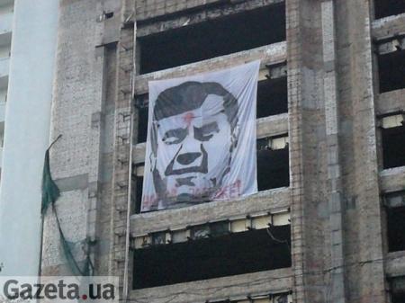 В центре Киева появился большой простреленный Янукович