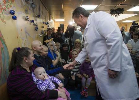 Из-за Януковича в Институте рака заставили всех снять маски