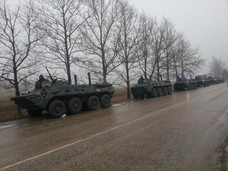 Работники ГАИ развернули колонну российских БТРов, двигавшихся в сторону Симферополя, - очевидец