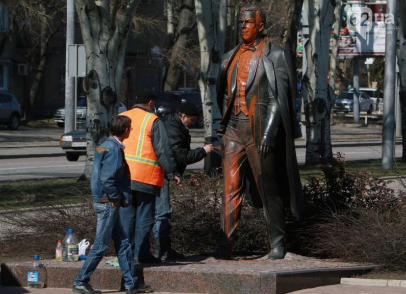В Донецке облили краской памятник Иосифу Кобзону (ФОТО, ВИДЕО)