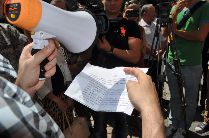 Вход в облсовет заблокировали неизвестные в камуфляже (Фото, Видео)