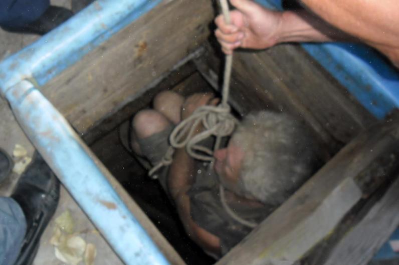На Днепропетровщине двое мужчин провалились в погреб и не смогли оттуда выбраться