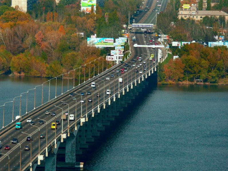 В Днепропетровске с Нового моста упала женщина