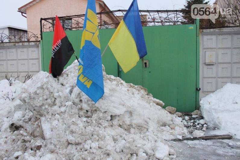 В Кривом Роге активисты выcыпали пять тонн снега под ворота Вилкула