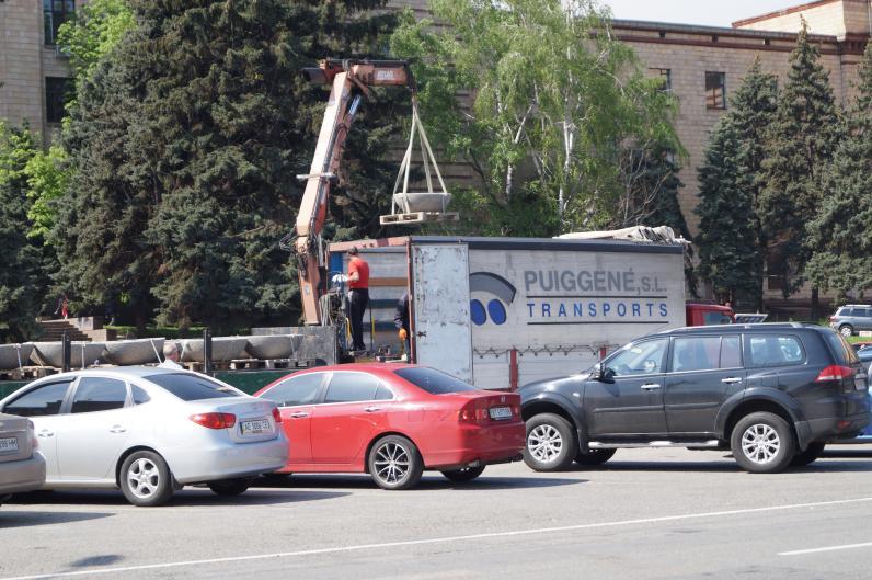На Героев Майдана привезли новые вазоны (Фотофакт)