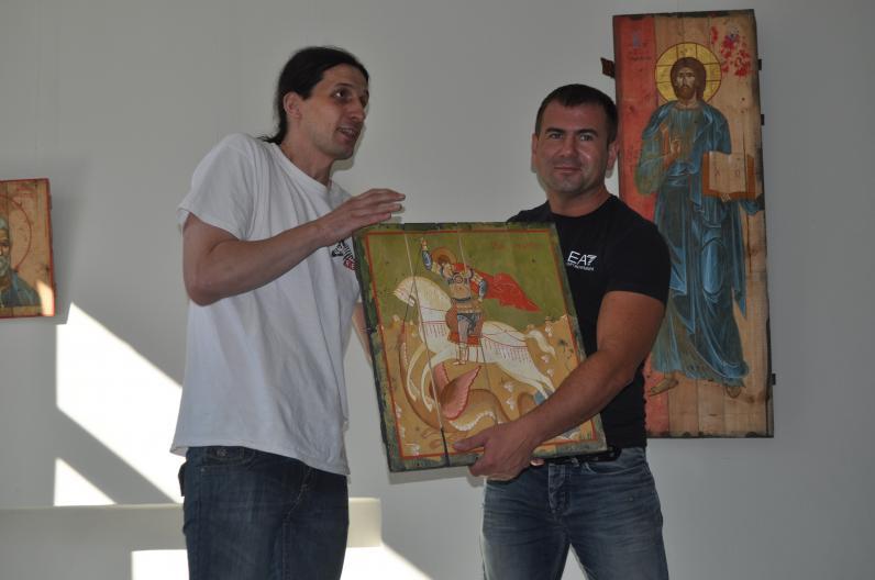 В Днепропетровске открылась выставка необычных икон (Фото)
