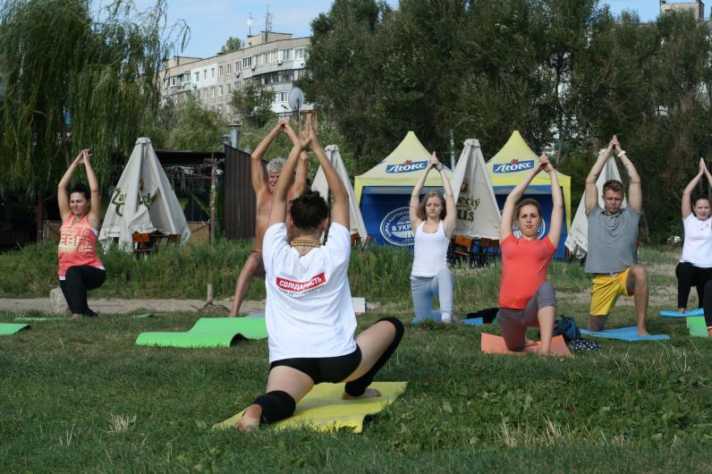 «Солидарность» приглашает горожан бесплатно заняться йогой на берегу Днепра