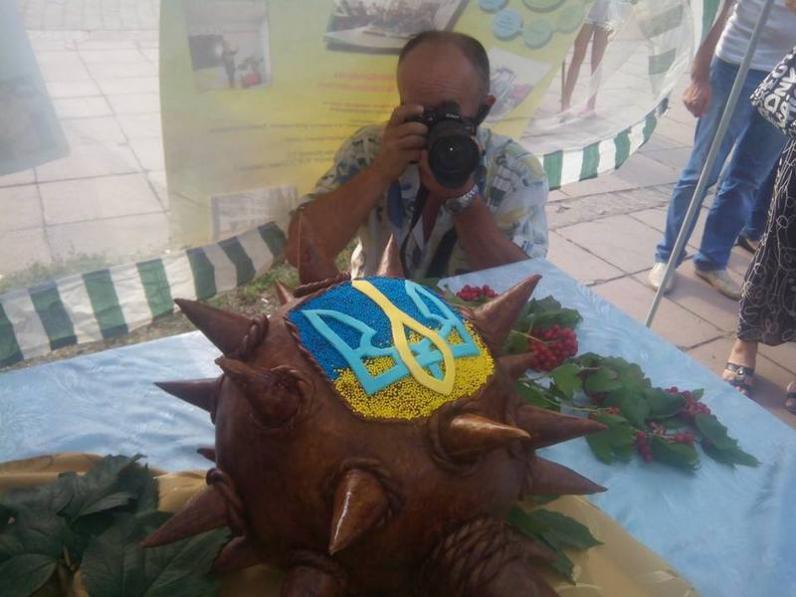 На Днепропетровщине студенты испекли 2-метровую булаву