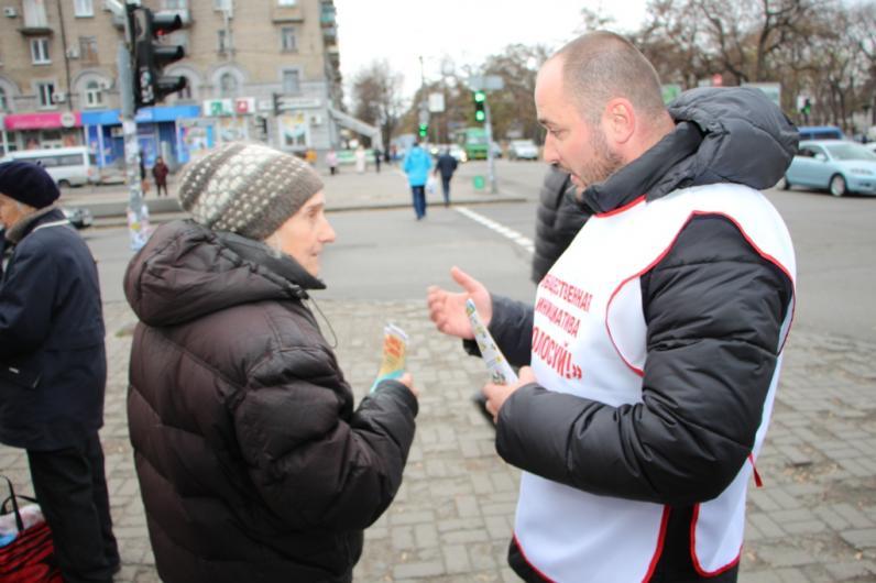 На улицах Днепропетровска активисты призывают горожан не игнорировать выборы