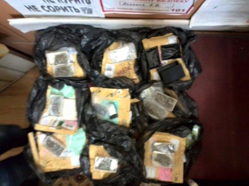Метамфетамин завернул в футболку и в посылку: на Днепропетровщине нашли 8 бандеролей с наркотиками (Фото)