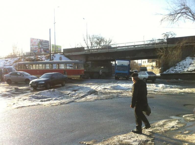 В Днепропетровске БТР врезался в трамвай (ФОТО)