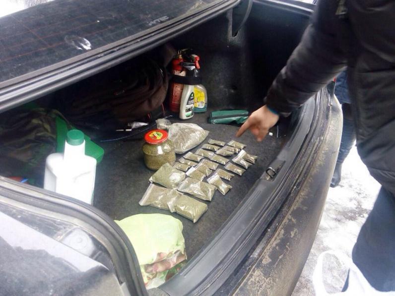 Днепропетровские патрульные полицейские поймали двух наркоторговцев (Фото)
