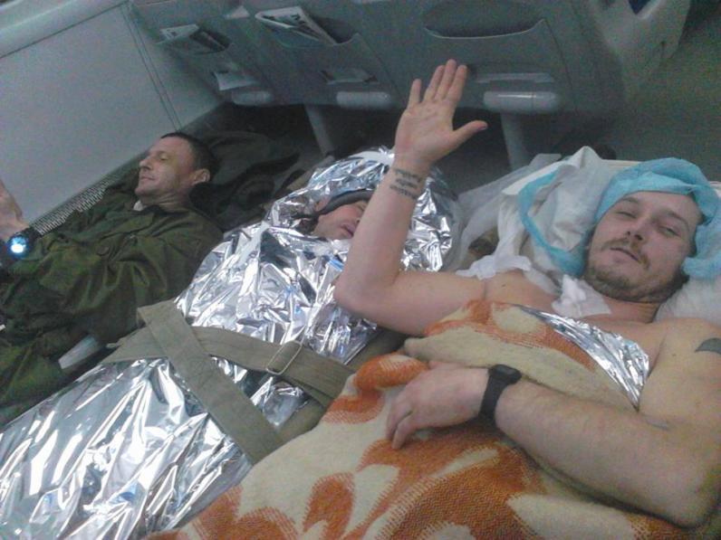 Эвакуация по-украински: раненых бойцов АТО перевозят в поезде на полу