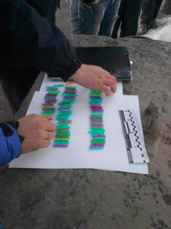 На Днепропетровщине полицейские остановили мужчину и нашли у него 150 трубочек для коктейля с метамфитамином (ФОТО)