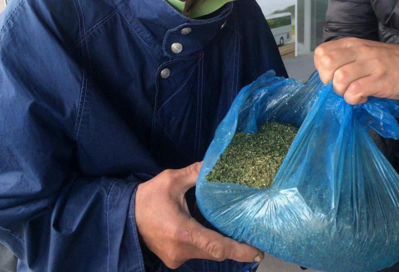 На автовокзале Днепродзержинска полицейские поймали мужчину с 2 кг марихуаны