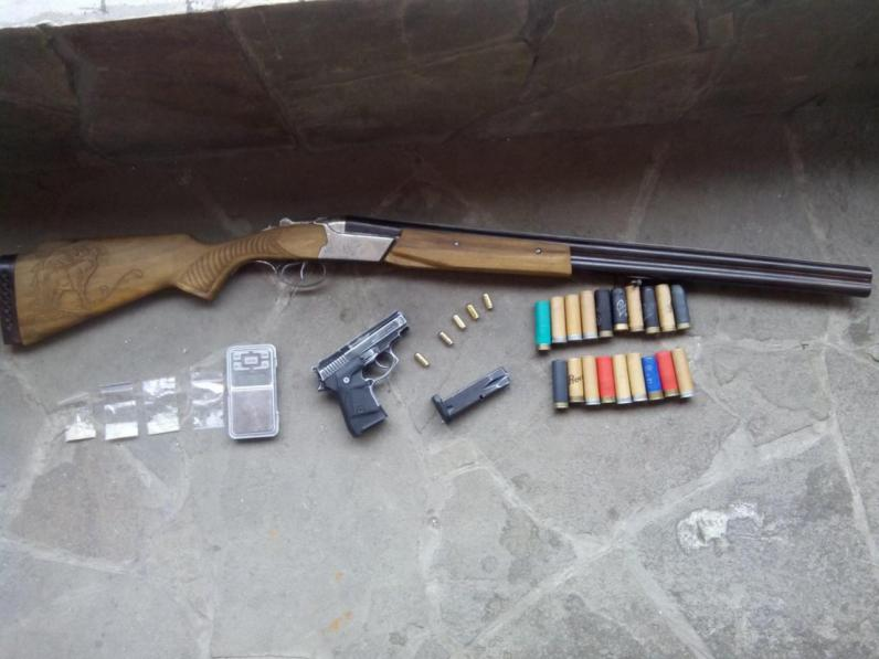 В Новомосковске поймали вооруженного наркоторговца