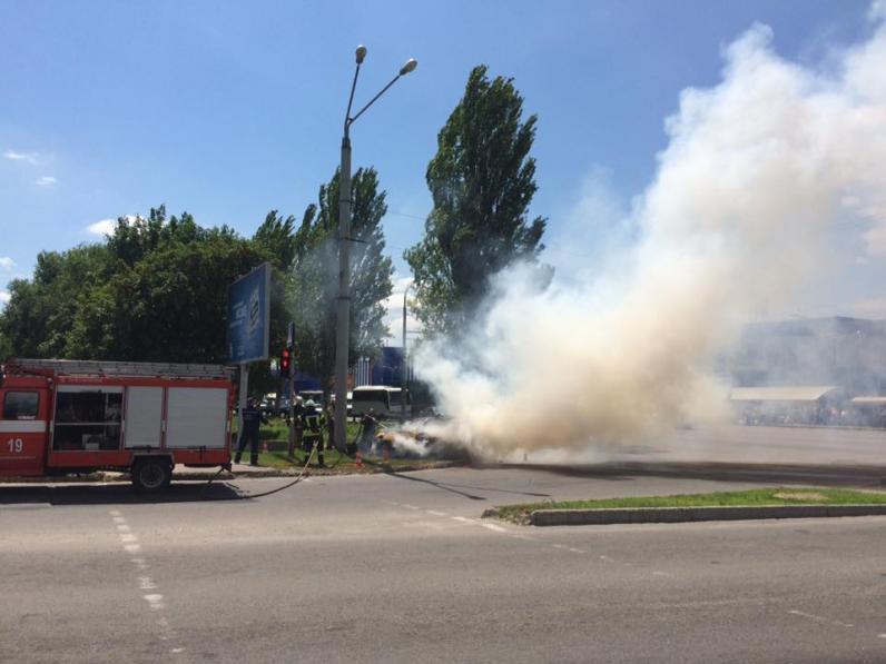 В Днепре автомобиль врезался в столб и сгорел