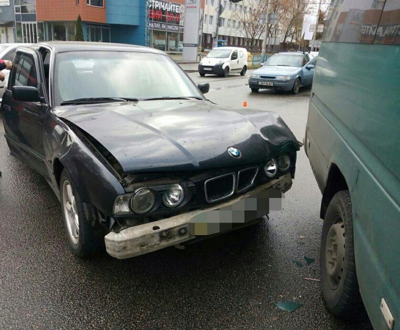 В Днепре «BMW» столкнулся с микроавтобусом