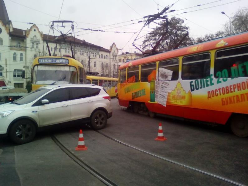 В Днепре трамвай столкнулся с автомобилем