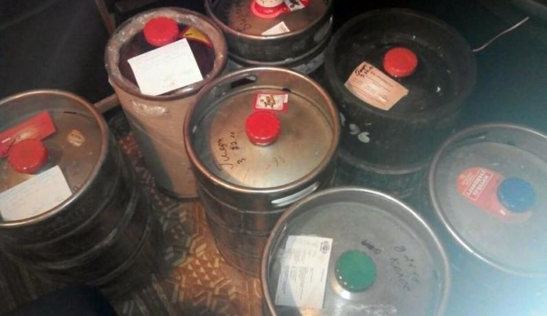 В Каменском обнаружили склад самопального алкоголя в баре