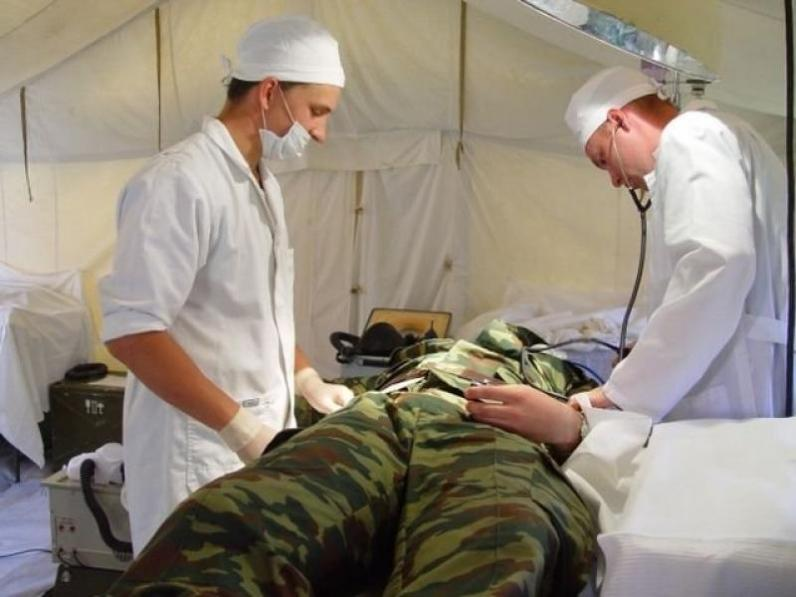 В Мечникова спасают бойца с тяжелыми ранениями