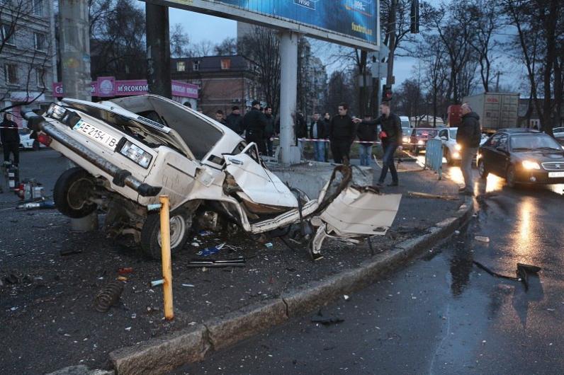 В Днепре водитель разбился, влетев в бигборд