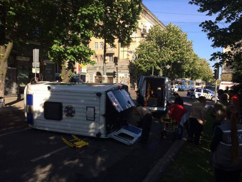 В Днепре иномарка влетела в машину скорой помощи (Фото)