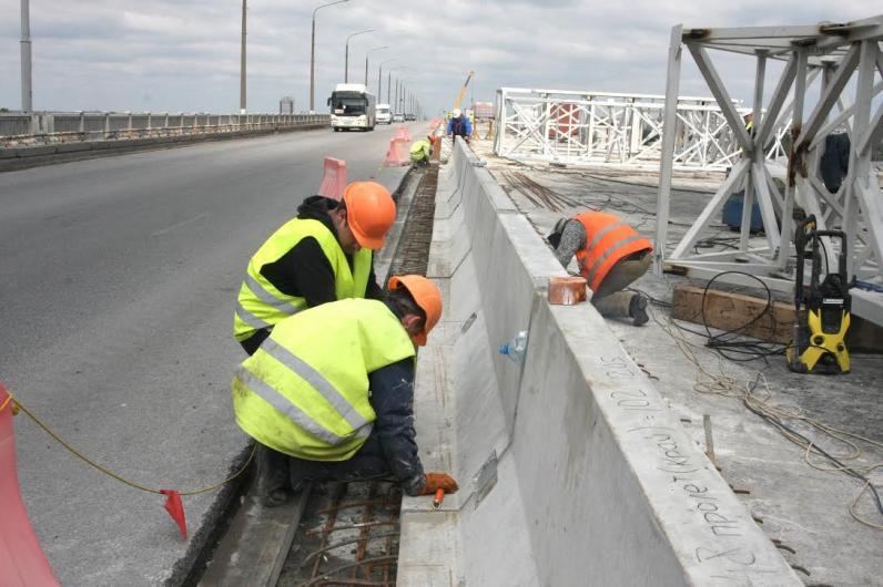 В Днепре на Центральном мосту устанавливают покрытие для велосипедных и пешеходных дорожек