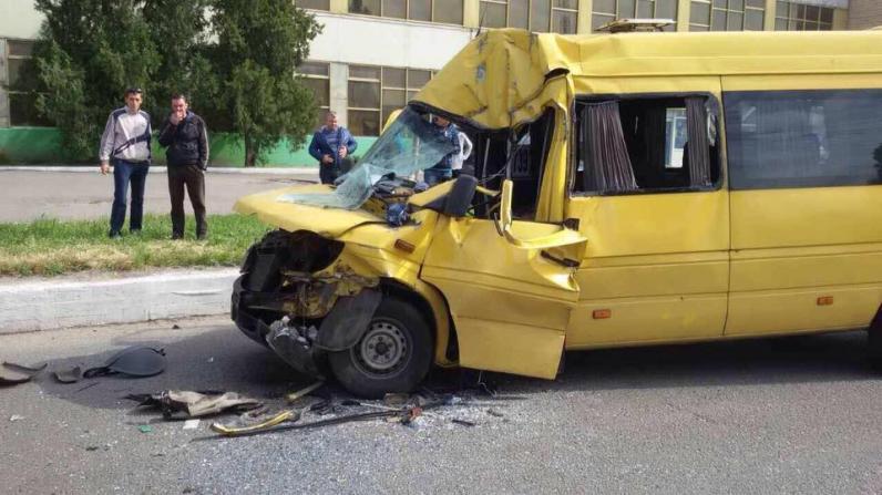 В Новомосковске маршрутка столкнулась с грузовиком