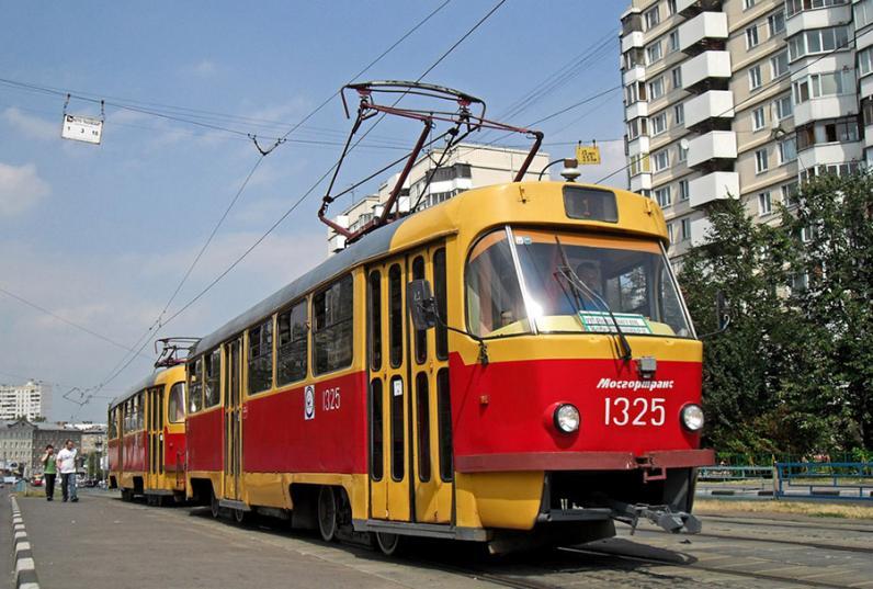 В Днепре трамвай въехал в вагоны с зерном