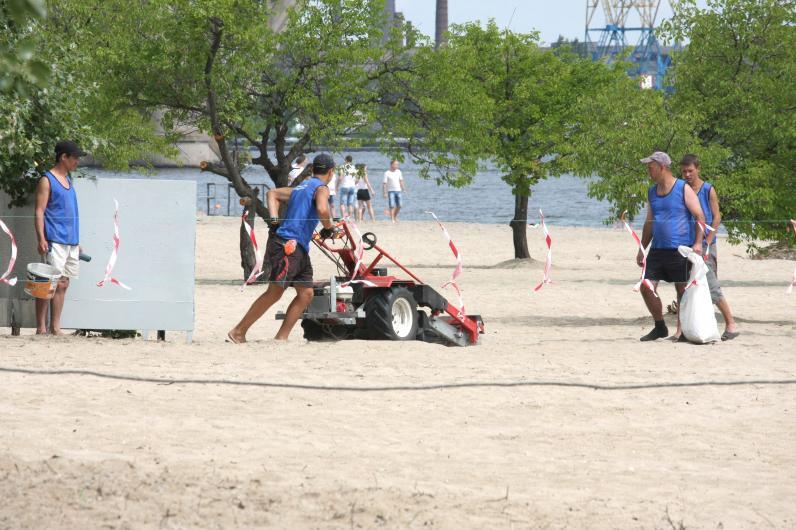 На пляжи Днепра засыпают новый песок