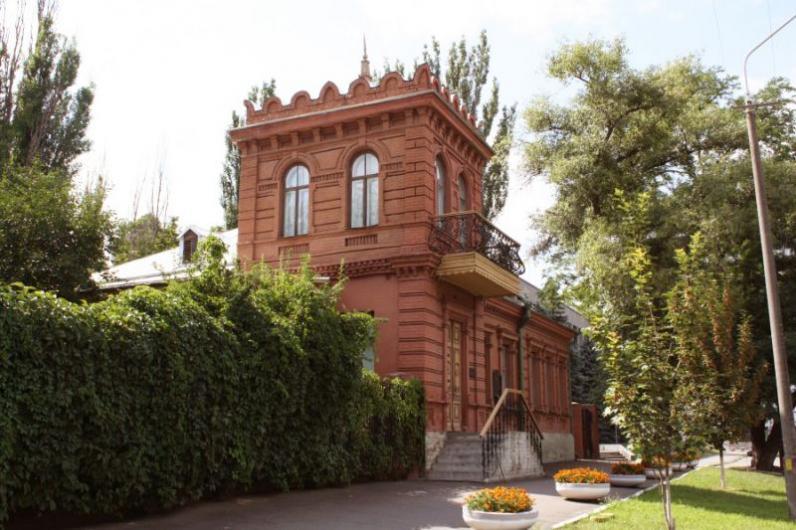 В Днепре с фасада дома-музея Яворницкого украли уникальный барельеф