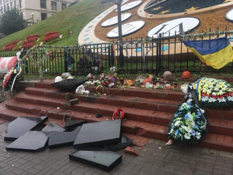 На Майдане Независимости разбили мемориал героев Небесной сотни