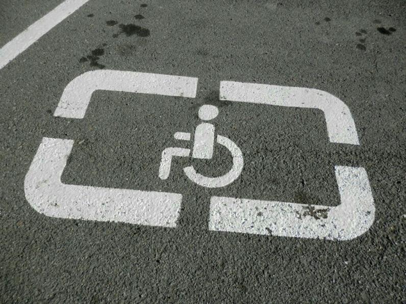 За паркування на місцях для інвалідів штрафуватимуть на 1020 грн