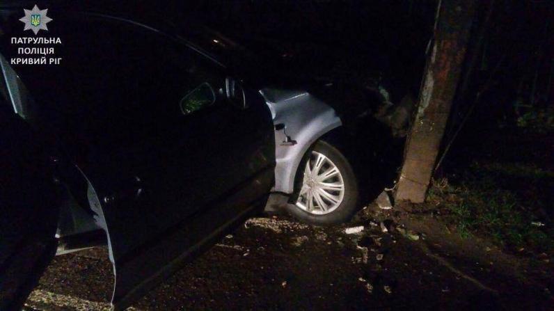 На Днепропетровщине авто, скрываясь от патрульных, влетело в опору