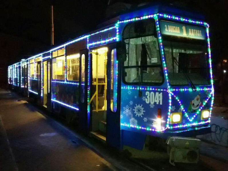 В Днепре запустили праздничные трамваи