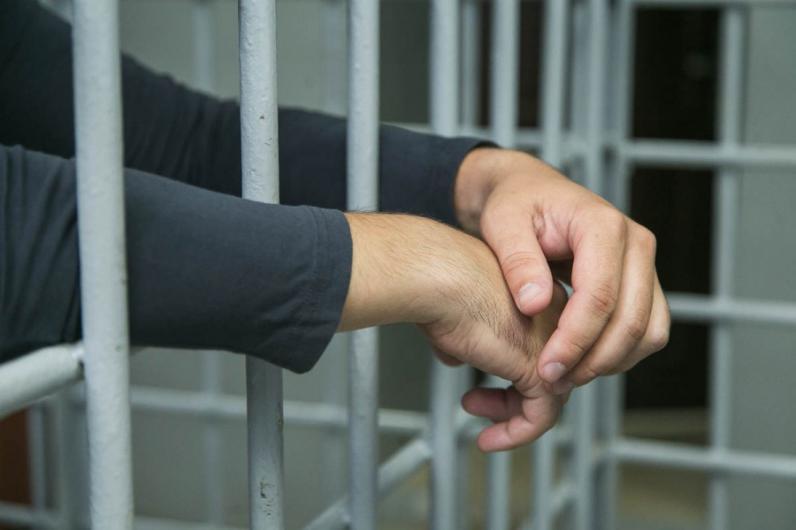 В Кривом Роге полицейский торговал наркотиками и оружием