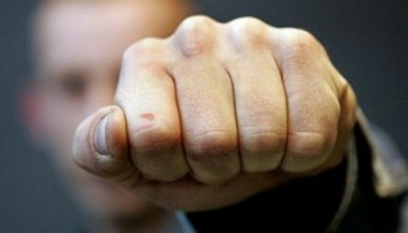 В Днепре мужчина ударил женщину по голове и сорвал золотую сережку