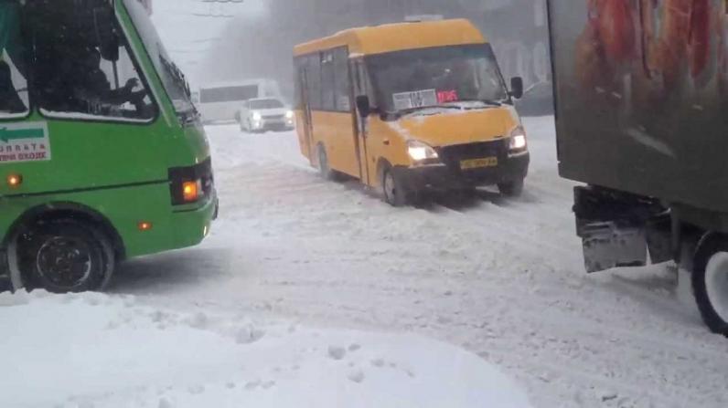 За ночь на Днепропетровщине спасатели вытащили из заносов 6 машин «Скорой помощи» и 32 грузовика