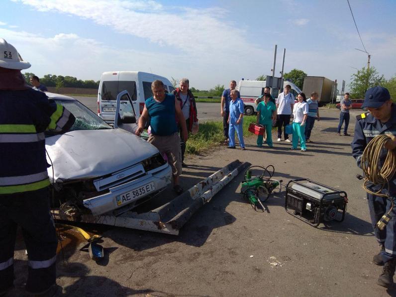 Под Днепром в ДТП пострадали женщина с двумя детьми